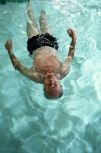 Rückenschwimmen dient der Stabilität der Wirbelsäule nach einem Bandscheibenvorfall.