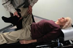 Lasègue-Zeichen und Kernig-Zeichen sind zwei Methoden, um die Diagnose Bandscheibenvorfall sicher zu stellen.