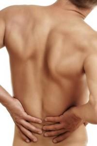 Starke und ausstrahlende Schmerzen im Rücken können auf einen Bandscheibenvorfall hindeuten.
