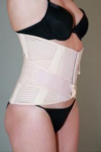 Das Tragen einen Stützkorsetts birgt Vor- und Nachteile. Zwar entlastet es den Rücken, aber es schwächt auch die Muskulatur.